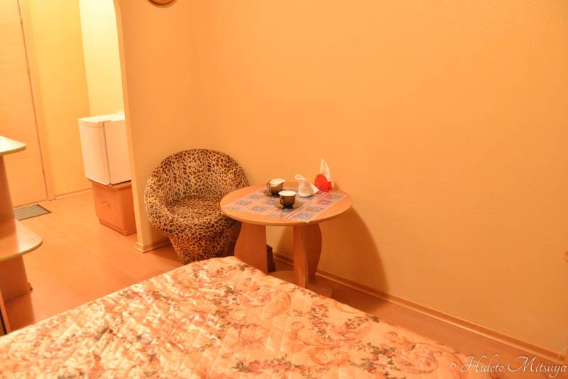 ウスリースクホテル室内・テーブルとイス