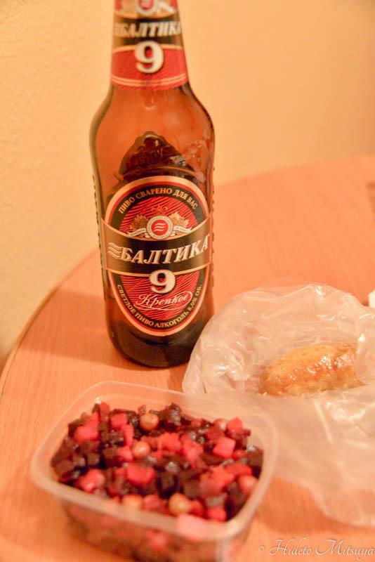 キヨスクで買ったビールとサラダ