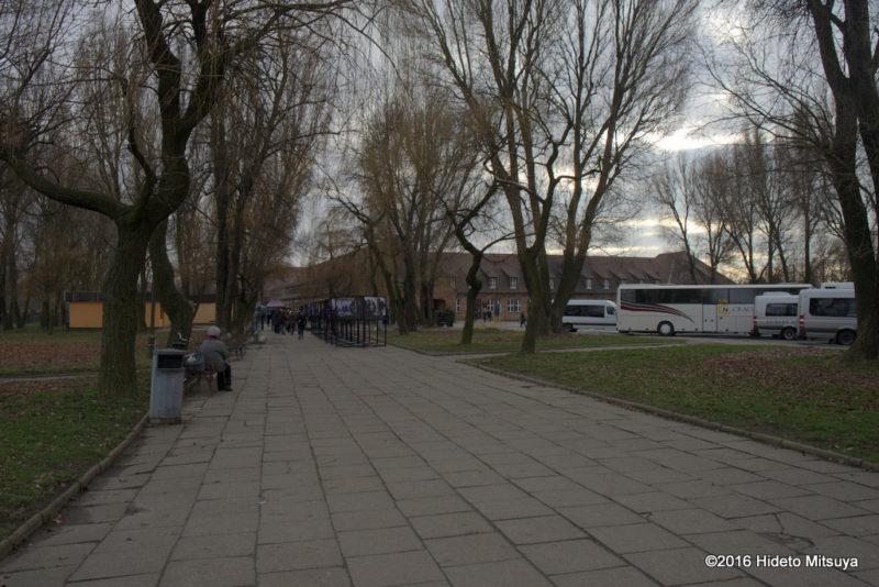 バス停からアウシュヴィッツへ向かう道