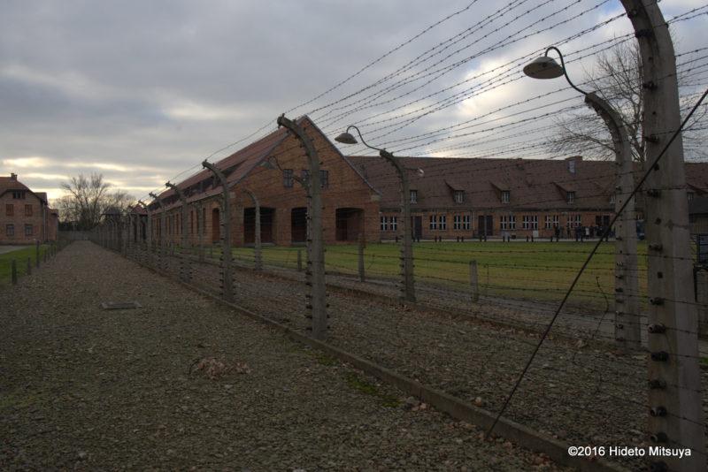 アウシュヴィッツ強制収容所に張り巡らされた高圧電線
