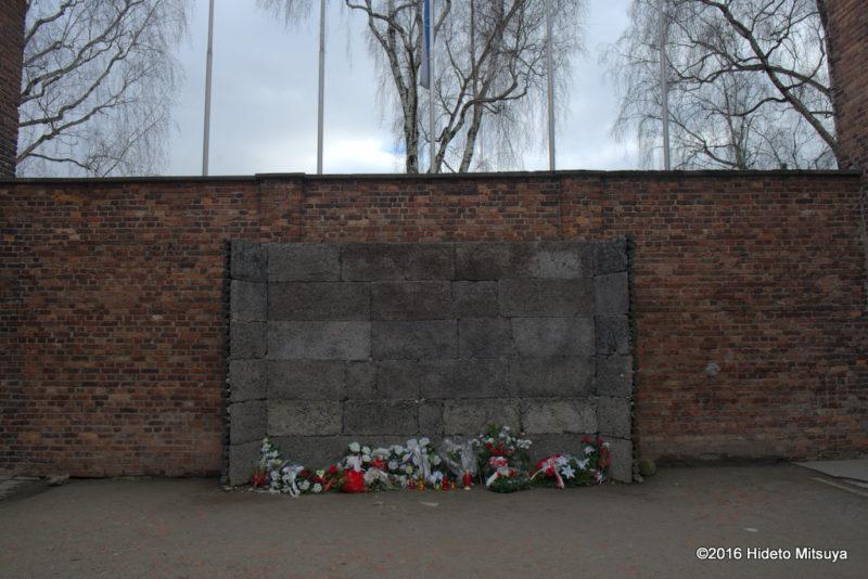 アウシュヴィッツ強制収容所で銃殺刑が行われた「死の壁」