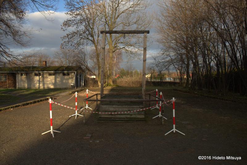 アウシュヴィッツ強制収容所初代所長ルドルフ・フェルディナント・ヘスの絞首刑台に近づいたところ