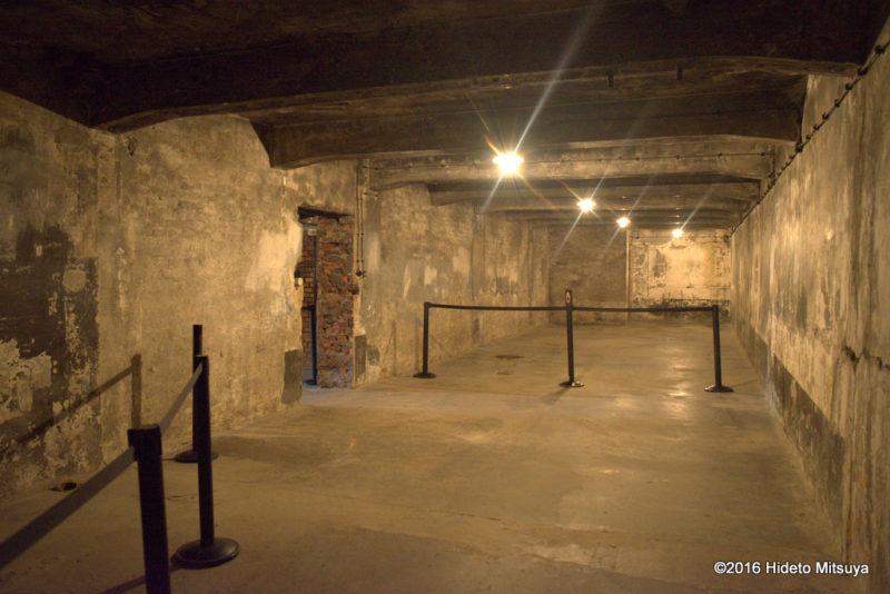 復元されたアウシュヴィッツ強制収容所ガス室内部の様子