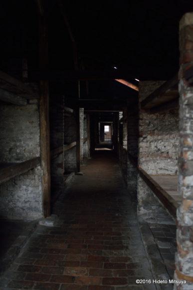 ビルケナウ第二強制収容所被収容者のバラック廊下