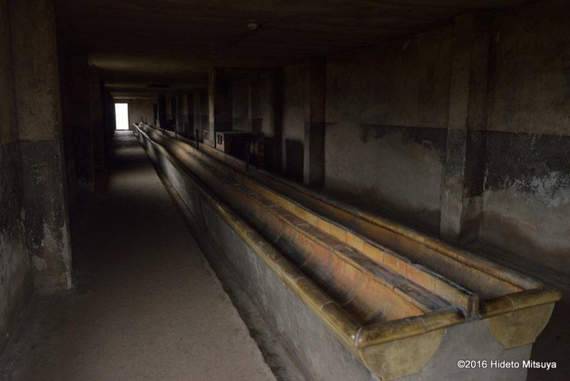 ビルケナウ第二強制収容所被収容者のバラック内の手洗い場