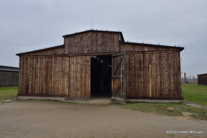 ビルケナウ第二強制収容所内の木製のバラック入り口