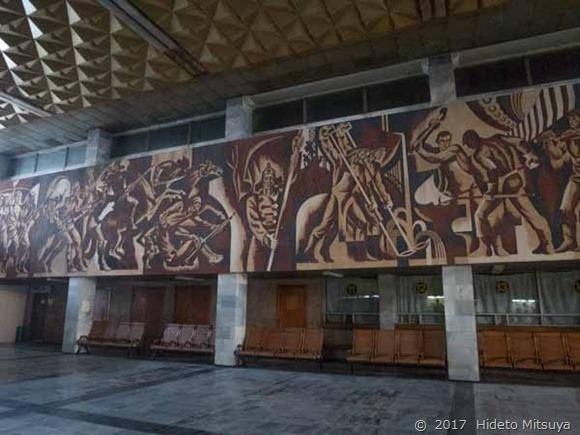 チョープ駅の壁画全体像2