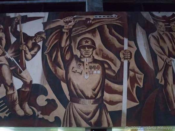 チョープ駅の壁画「軍人」