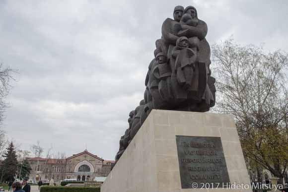 全体主義体制の犠牲者に捧げる碑