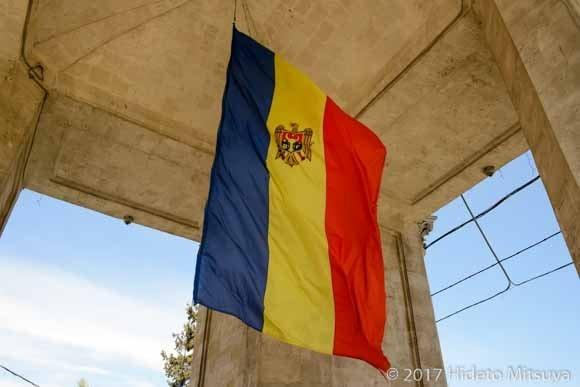 勝利の門に翻るモルドヴァ国旗