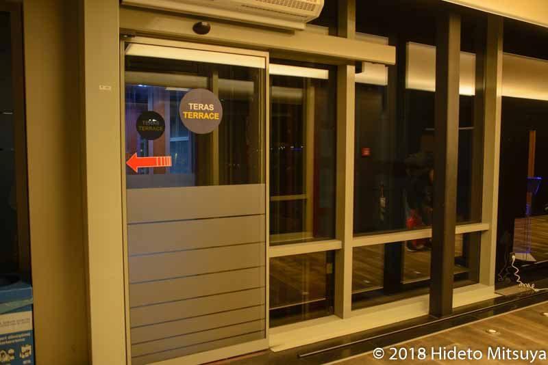 サビハ・ギョクチェン空港ラウンジ喫煙室への扉