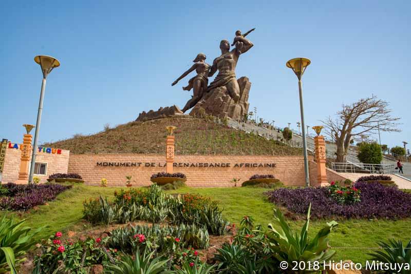 セネガルにある北朝鮮が作った巨像アフリカ・ルネサンスの像