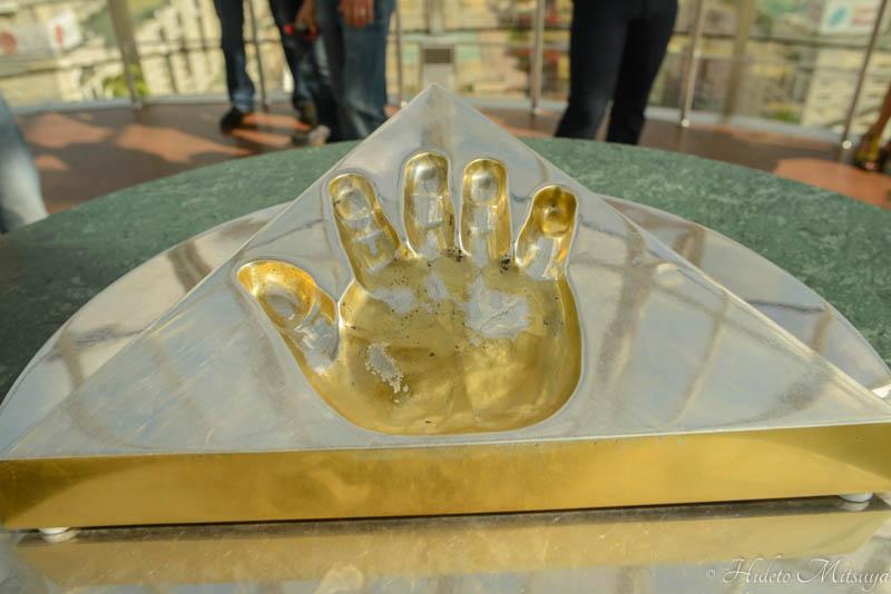 バイテレクモニュメントの中にあるナザルバエフ初代大統領の手形
