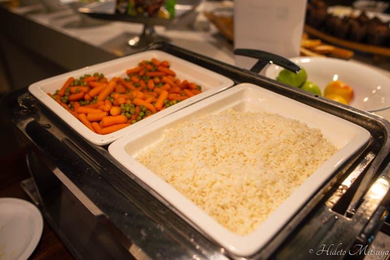 ケープタウン国際空港のBIDVEST PREMIER LOUNGEのホットミール(ごはんと野菜)