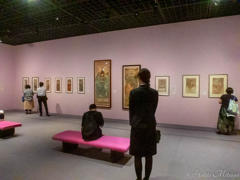 「みんなのミュシャ」展展示の様子