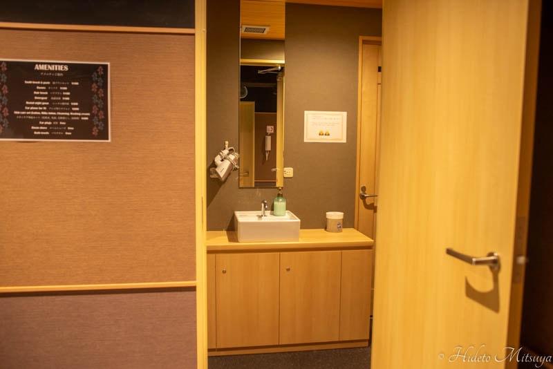 Hostel East57のシャワールーム入り口