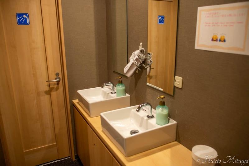 Hostel East57の洗面室