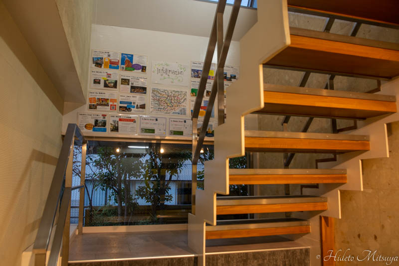 別館屋上共有スペースへの階段