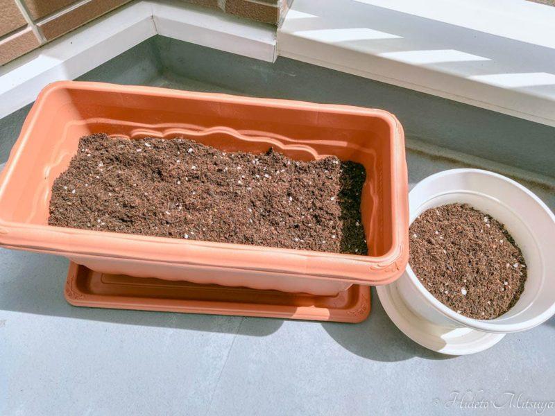 土を入れた鉢とプランター